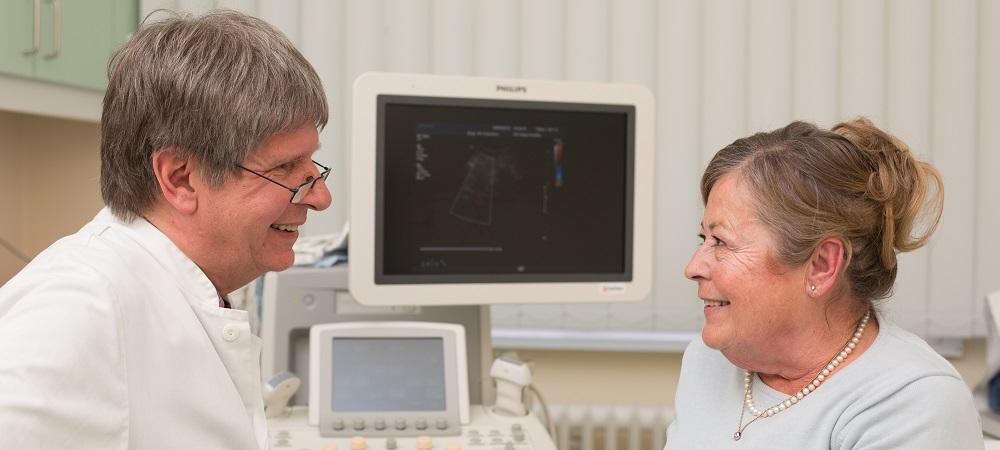 Dr. Fahrig berät eine Patientin