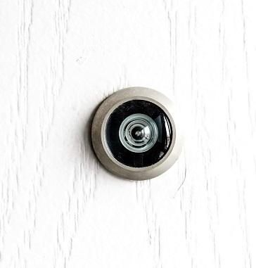 Mit einem Türspion können Hausbewohner einen Blick vor die Tür werfen, ohne diese öffnen zu müssen.