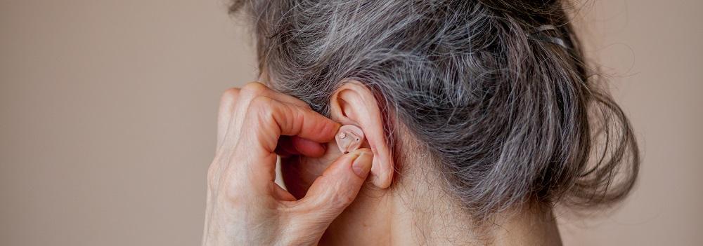 Um aktiv an der Kommunikation mit Freunden und Bekannten teilzunehmen, können diskrete Hörersysteme das Funktionsdefizit des Hörorgans ausgleichen und zu einer neugewonnenen Lebensqualität beitragen.