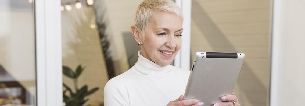 Mit einem Tablet erfahren Senioren spielerisch den Umgang mit der modernen Technik und lernen die Vorzüge der neuen Medien kennen.