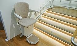 Ein Treppenlift unterstützt in ihrer Mobilität eingeschränkte Menschen bei der Fortbewegung in den eigenen vier Wänden.