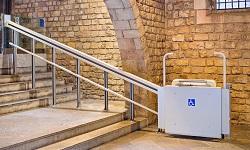 Es gibt verschiedene Treppenliftarten, die je nach körperlicher Einschränkung im Alltag unterstützend wirken können.